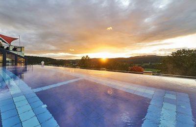 Sonnenuntergang vor dem Dachpool im Sommer