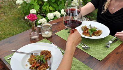 Paar genießt Dinner