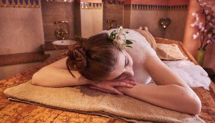 Frau entspannt nach einem Schaumbad