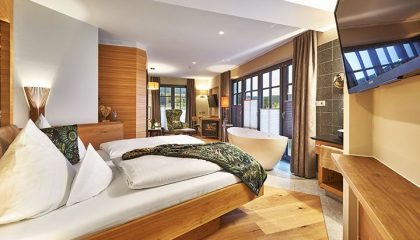 Doppelbett in der Spa Suite Waldblüte