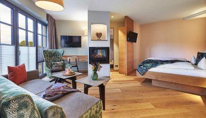 Schlaf und Wohnbereich in der Spa Suite Waldliebe