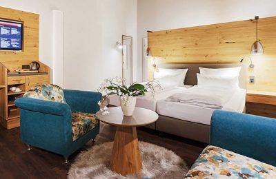 Wohnraum und Bett im Doppelzimmer Typ 5