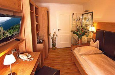 Bett und Wohnraum im Einzelzimmer Typ 4