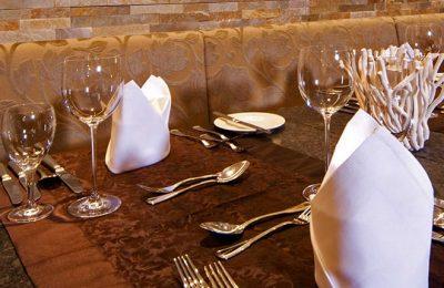 Feines Besteck und Geschirr in der Nahaufnahme
