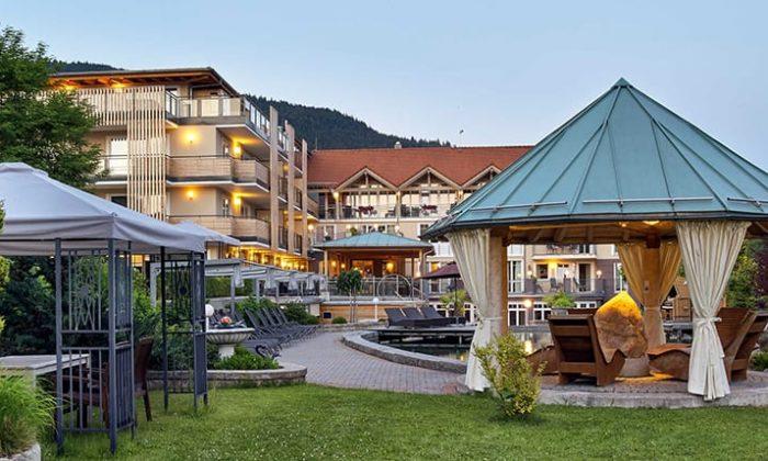 Außenansicht des Hotels mit Garten