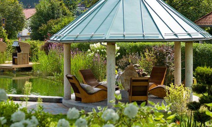 Überdachte Sitzgelegenheit im Garten
