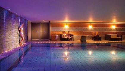 Bunt beleuchtete Indoor Pool