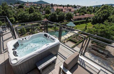 Whirlpool auf Terrasse in der Luxus Loft Suite Gold