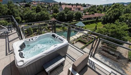 Whirlpool auf Terrasse in der Luxus Loft Suite Gold