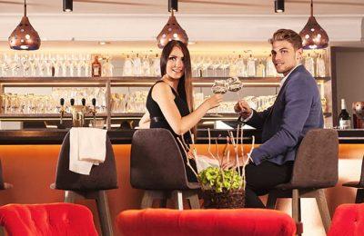 Junges Paar genießt Drinks an der Bar