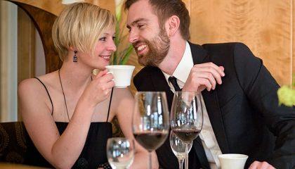 Paar amüsiert sich im Restaurant