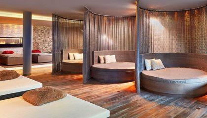 Ruheraum mit zahlreichen runden Betten