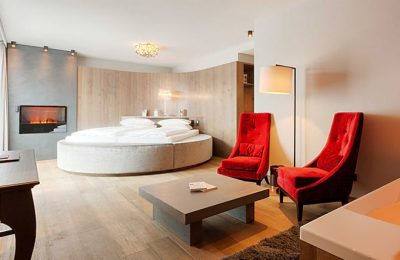 Bett und Wohnraum in der Runai Kuschelsuite