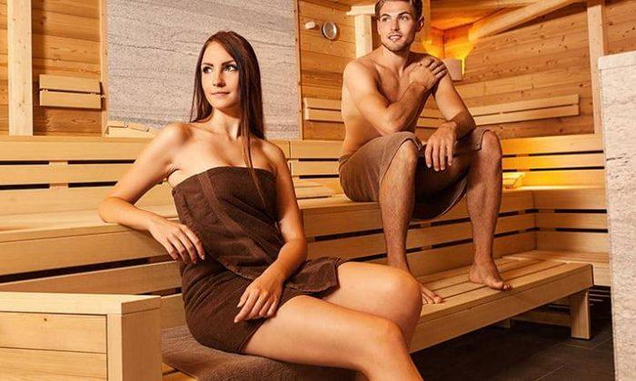 Paar erholt sich in Sauna