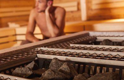 Mann schwitzt in Sauna