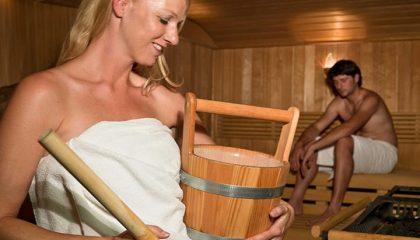 Paar bei Aufguss in der Sauna