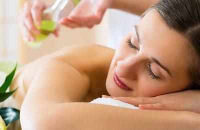 Frau genießt Massage