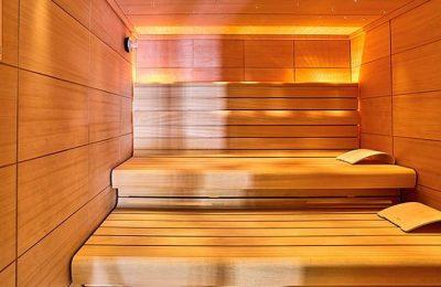 Gelb-orange beleuchtete Sauna