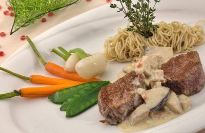 Gericht mit Fleisch und Möhren
