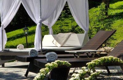Weiße Himmelbetten im Garten