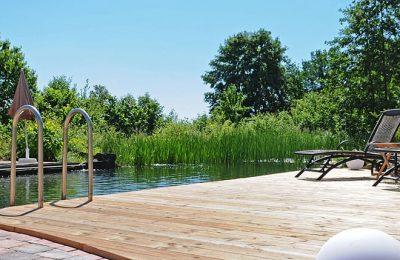 Holzsteg am Naturbadeteich