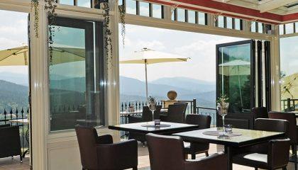 Ausblick vom Restaurant auf die Terrasse bei geöffneter Gartentür