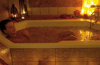 Frau nimmt ein Bad im Kerzenlicht