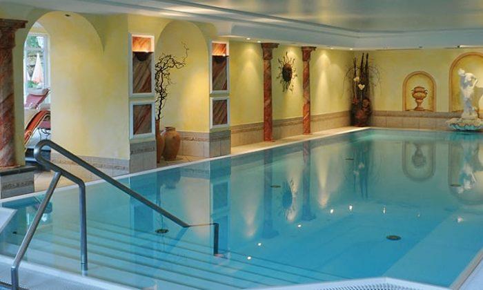Schwimmbecken im römischen Stil