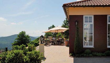 Restaurant und Terrasse an sonnigem Tag