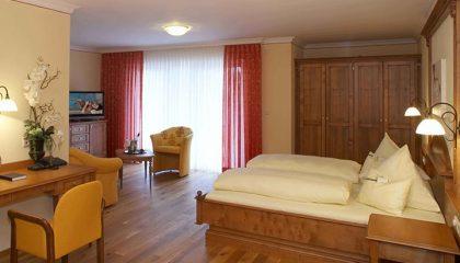 Bett und Wohnraum in der Juniorsuite