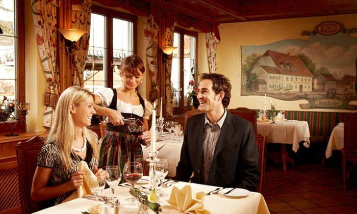 Paar wird im Restaurant bedient