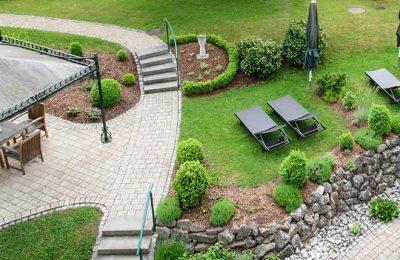 Luftaufnahme vom Garten mit zahlreichen Liegen