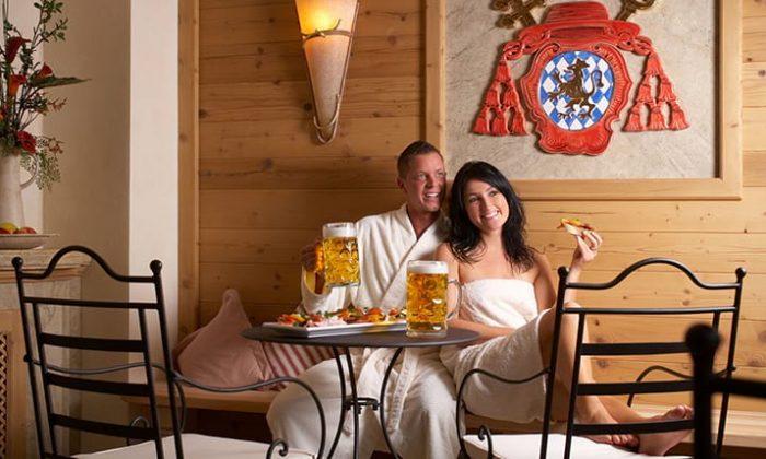 Paar genießt bayerische Mahlzeit mit Weizen