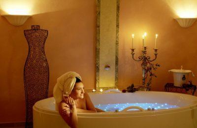 Frau nimmt ein Bad