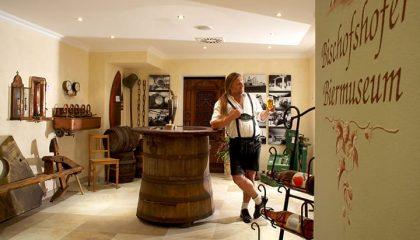 Mann in traditioneller bayerische Kleidung im Biermuseum