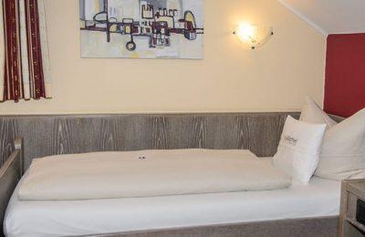 Bett von der Seite im Einzelzimmer