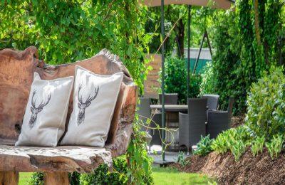 Sitzbank aus Holz im Garten