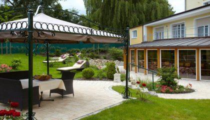 Garten mit überdachten Sitzgelegenheiten