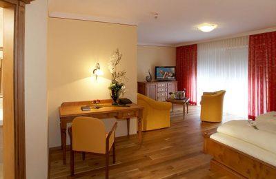 Wohnraum mit Schreibtisch in der Juniorsuite Deluxe 3