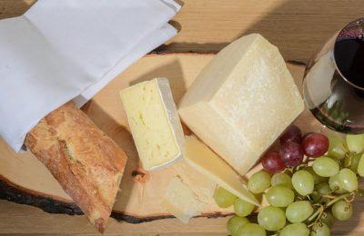 Käse, Wein und Weintraube von oben