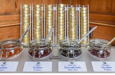Verschiedene Marmeladesorten beim Frühstücksbuffet
