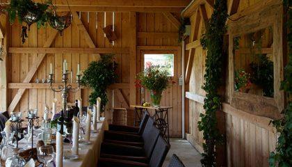 Bayerische Stube und gedeckter Tisch
