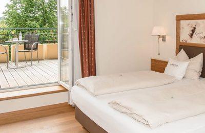 Bett und Balkon in einem Zimmer