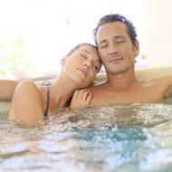 Paar entspannt im Pool