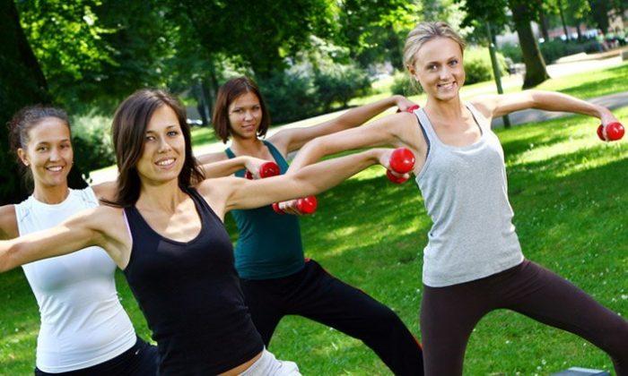 Frauen machen Sport zusammen