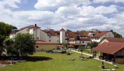 Überblick über das Hotelgelände mit Garten