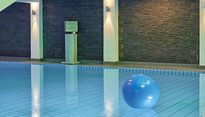 Blauer Ball auf dem Innenpool