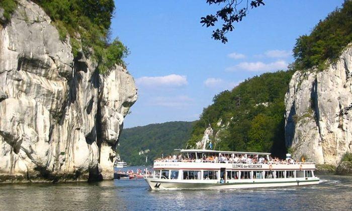 Schiff durchquert die Donau