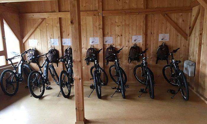 Mehrere E-Bike in einem Unterstand
