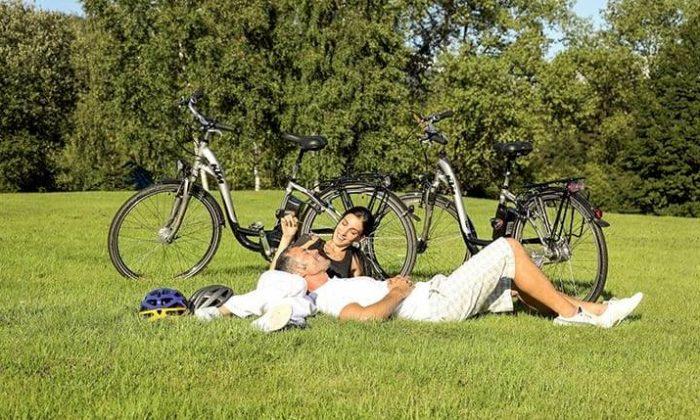 Paar entspannt beim Radfahren